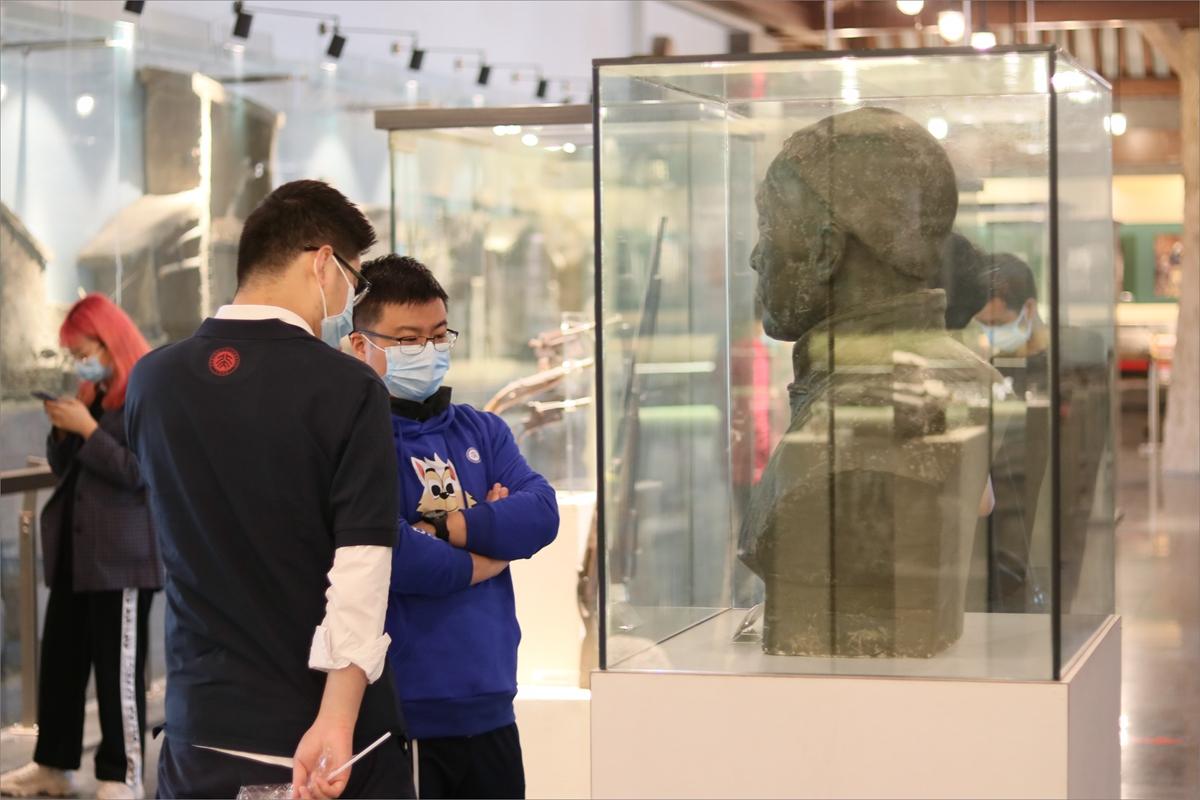 1、师生在焦庄户地道战遗址纪念馆参观学习.jpg